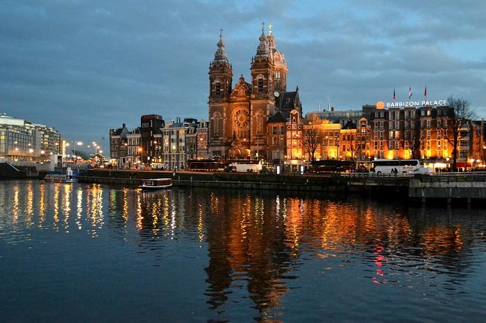 Amsterdam, Sint Nicolaaskerk bei Nacht - Carotellstheworld